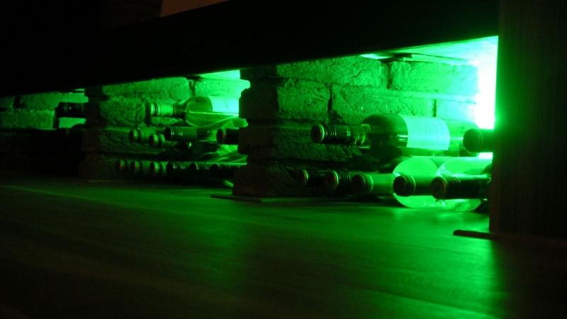 Sfeerverlichting wijnopslag verwerkt in meubel